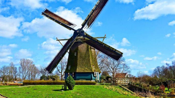 foto på väderkvarnar i Nederländerna